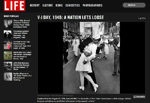 """Bức ảnh nổi tiếng """"Nụ hôn trên quảng trường thời đại"""" của Alfred Eisenstaedt."""
