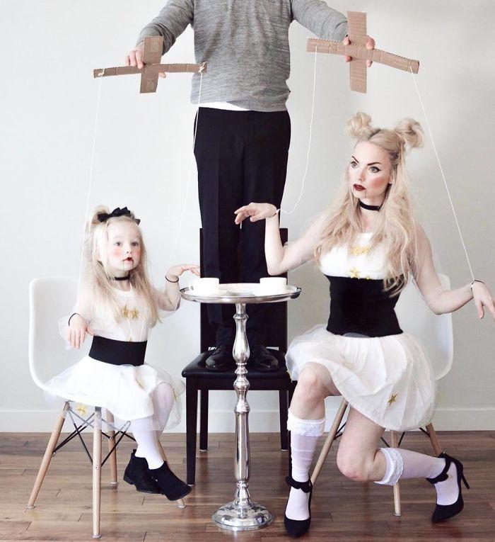Hai mẹ con dễ thương trong trang phục hóa trang