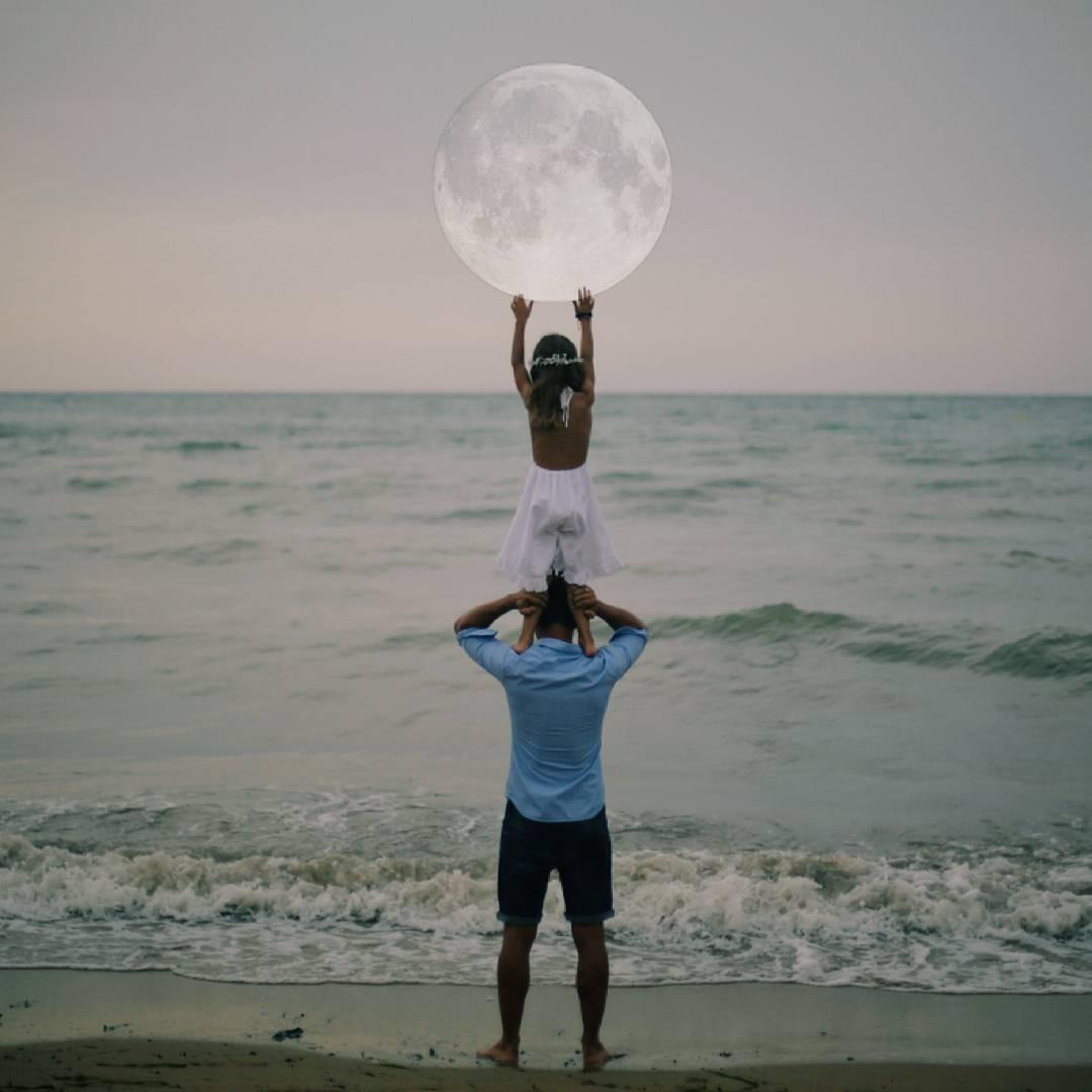 Cha đỡ con gái nâng mặt trăng
