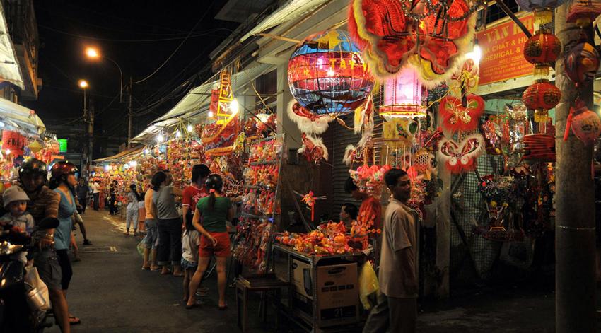 Nhiều hàng hóa được trưng bày với nhiều màu sắc