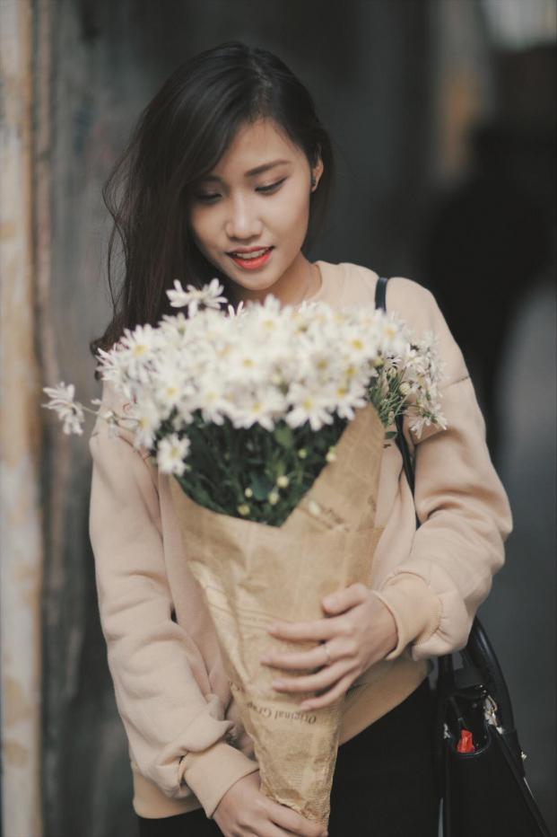 Nhìn vào bó hoa đang cầm trong tay