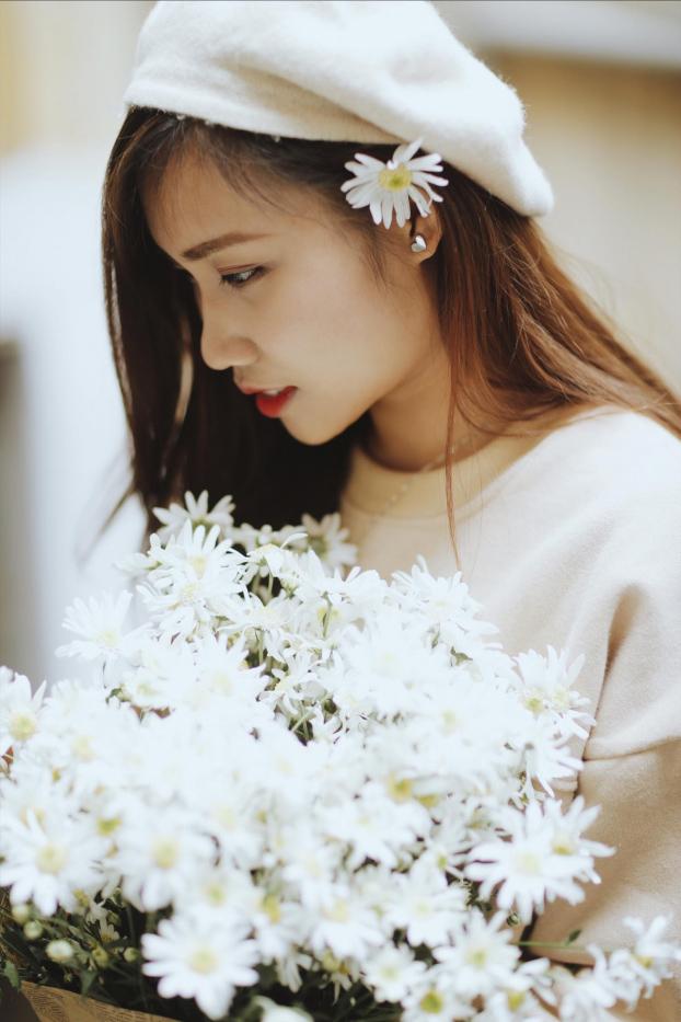 Dùng hoa điểm xuyến cho mái tóc