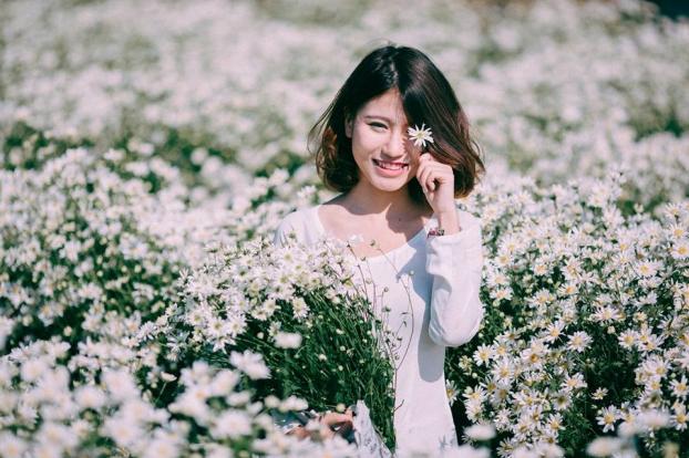 Che một bên mắt bằng hoa