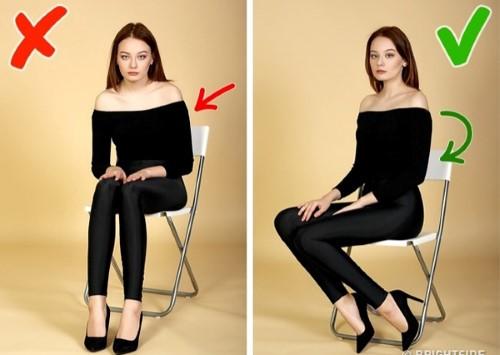 Để chân nghiêng cùng dáng ngồi