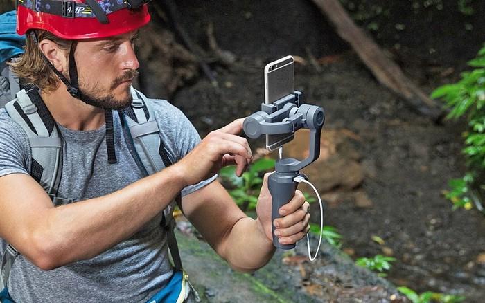 DJI Osmo Mobile 2 được chế tạo từ nhựa tổng hợp có độ bền cao, với pin tích hợp có thể làm việc liên tục đến 15h.