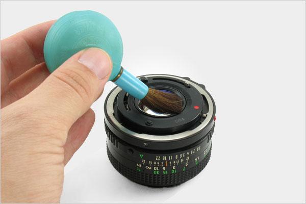 Vệ sinh ống kính và máy ảnh ở môi trường ít bụi nhất có thể