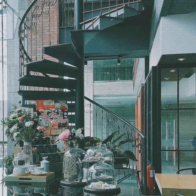 Én Tea House được thiết kế xinh xắn khi kết hợp nhiều màu sắc hiện đại pha lẫn một chút hình ảnh của Sài Gòn xưa.