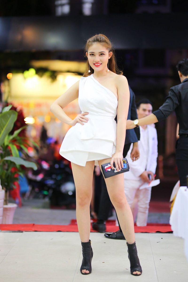 Hoa hậu Gia Hòa gây chú ý với vẻ ngoài xinh đẹp cùng váy trắng