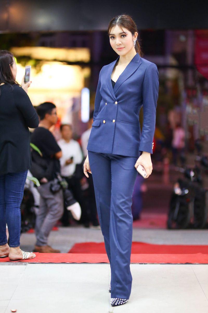 Người đẹp Thiên Hương khoe dáng cùng bộ vest cá tính