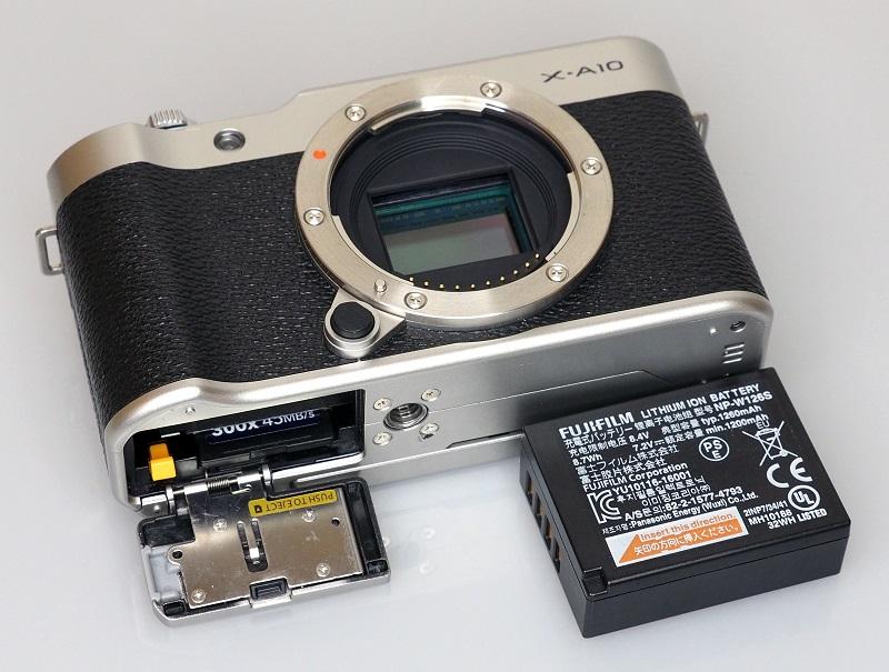 Nối tiếp truyền thống của Fujifilm trong vài năm qua, X-A10 có thiết kế ngoài giống pha trộn giữa sự cổ điển và hiện đại.