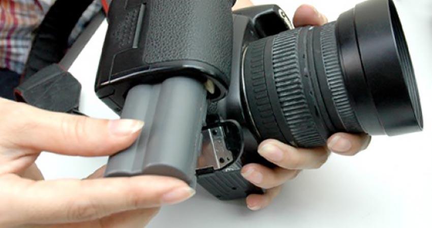 Nếu bạn không tháo pin máy ảnh có những nguy cơ nào?