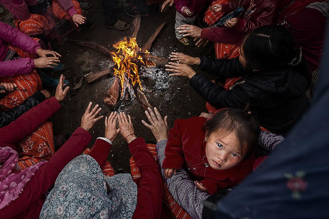 Hình ảnh được chụp tại mộc châu sơn la, vào dịp tết của người dân tộc mông, thời tiết lạnh nên học thường ngồi quây quần bên nhau cạnh bếp lửa