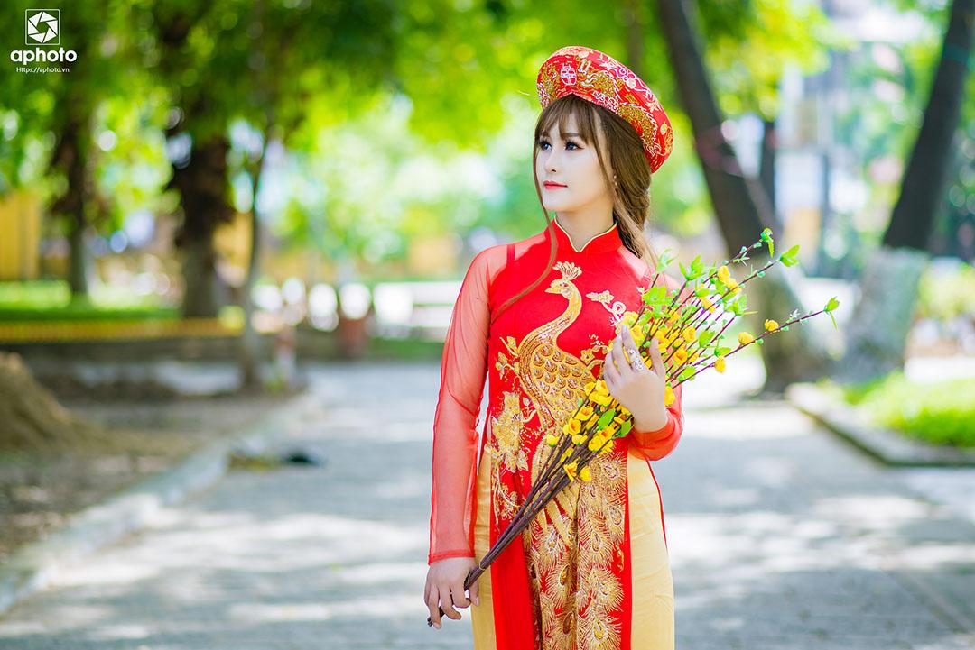 Tạo dáng chụp ảnh áo dài truyền thống