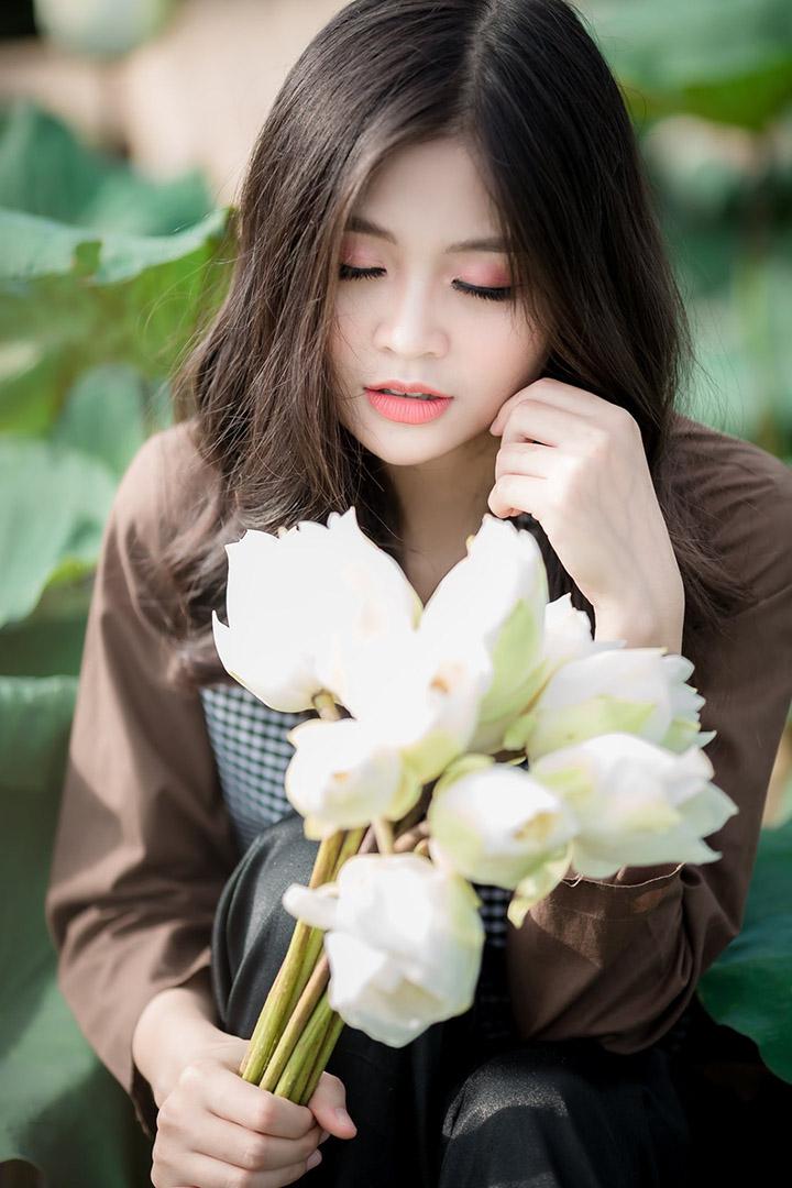Bộ ảnh chân dung chụp sen đẹp kết hợp với áo bà ba khăn rằn
