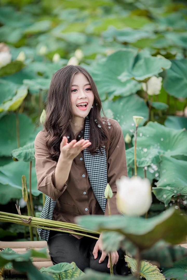 Chiêm ngưỡng bộ ảnh chân dung đẹp với sen và áo bà ba tại Hà Nội