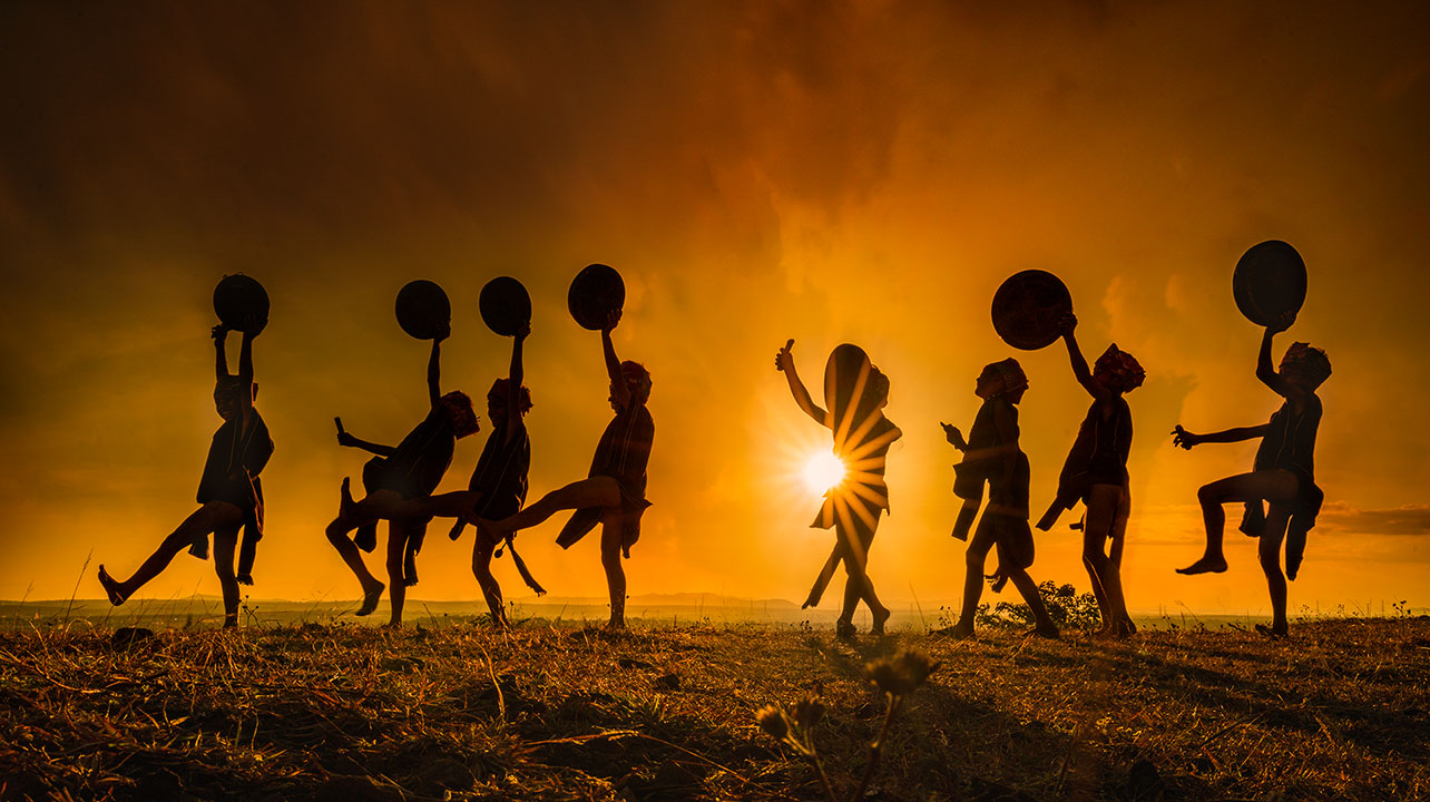 The children dancing with gongs