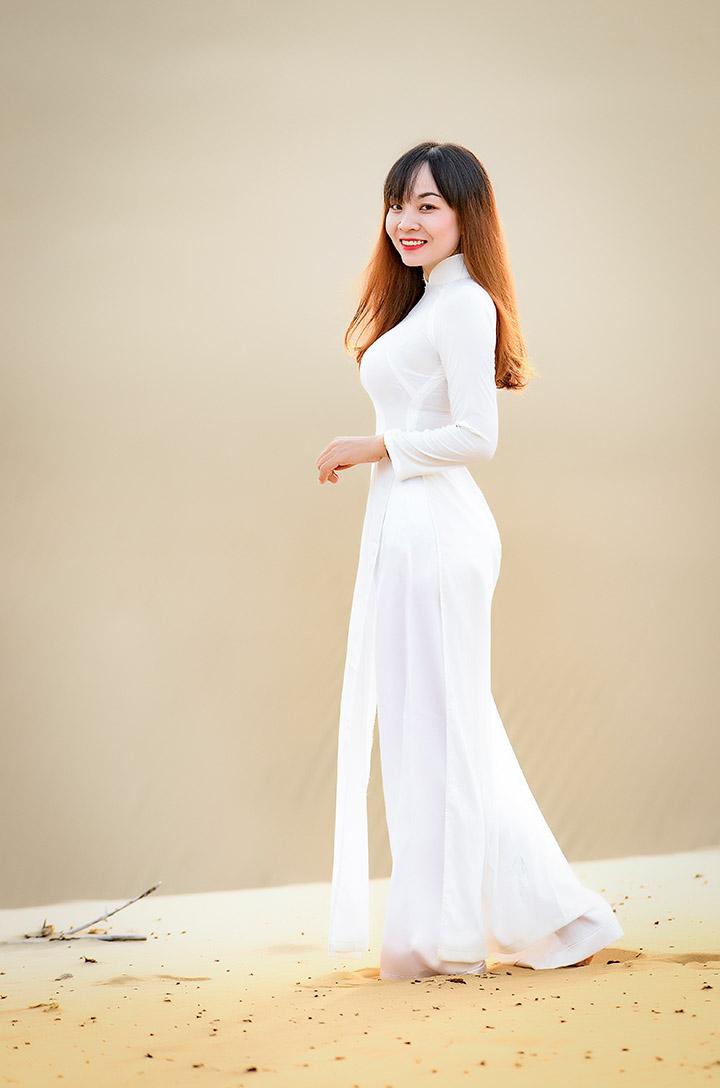 NAG Khánh Phan bên tà áo dài